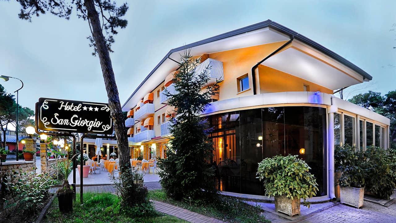 Esterno terrazza hotel a Lignano Pineta vicino alla spiaggia