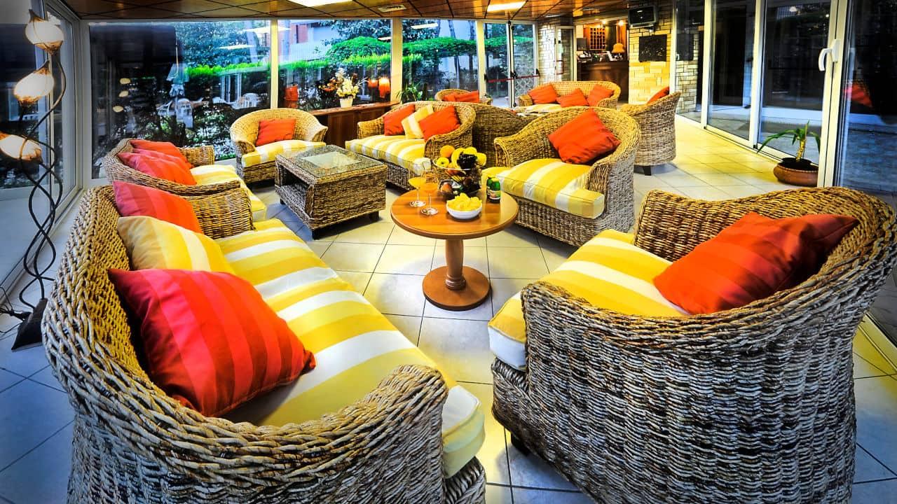 Salotto in veranda dell'hotel 3 stelle a Lignano Pineta