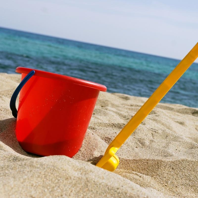 Paletta e secchiello in spiaggia